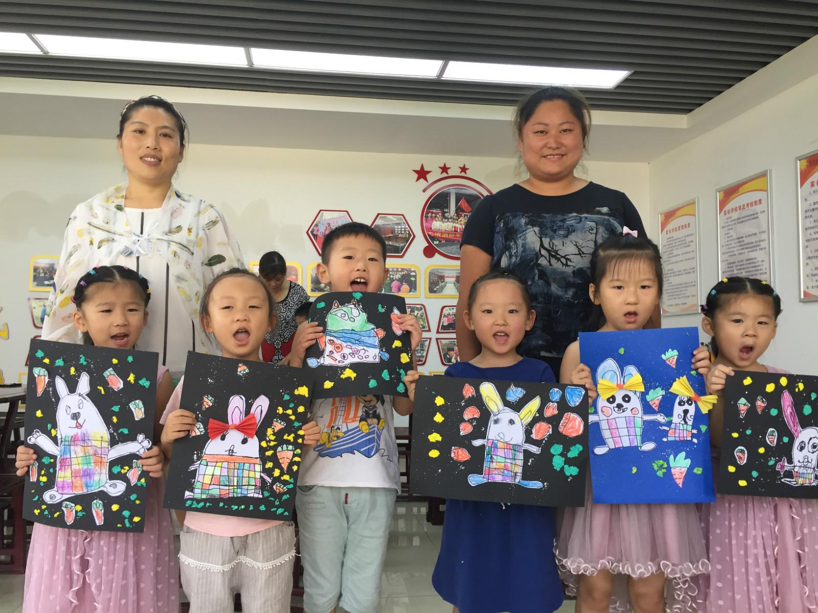 参加本次活动的亲子为幼儿园小班的孩子和家长,绘画的内容是快乐的