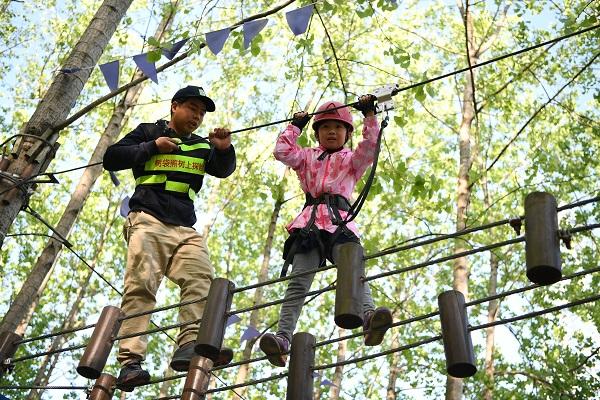 2孩子在滨湖森林公园体验探险项目.jpg