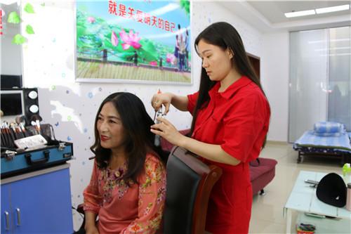 化妆师为李艾宜阿姨整理头发.jpg