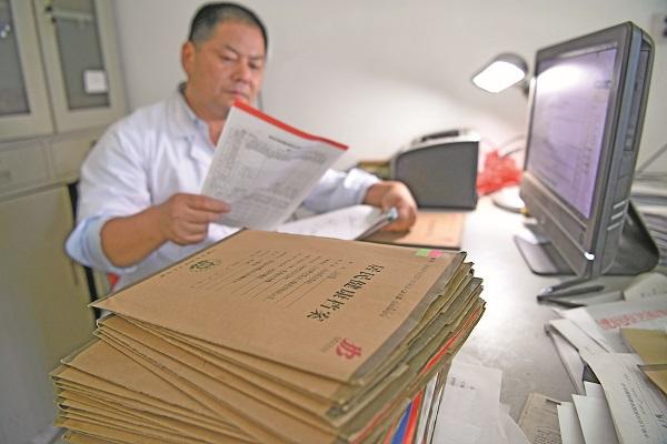 孙云海常常一个人在办公室工作到深夜.jpg