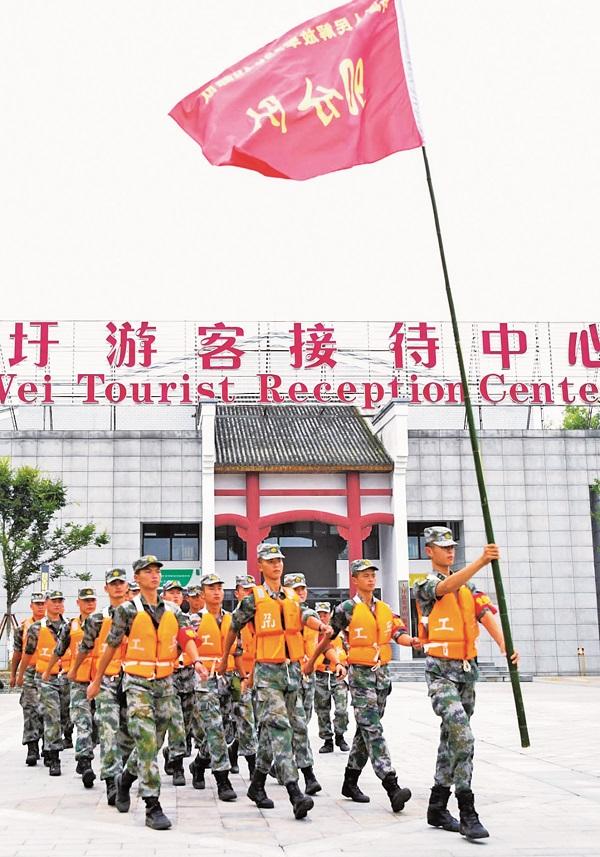人民子弟兵在大圩游客接待中心门前集结02.jpg