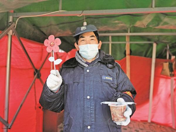 为坚守社区疫情防控一线的物业人员送上小红花.jpg